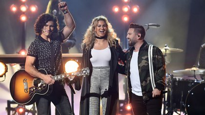Dan Smyers y Dan + Shay, Tori Kelly y Shay Mooney de Dan + Shay (Kevin Winter/Getty Images for dcp/AFP)