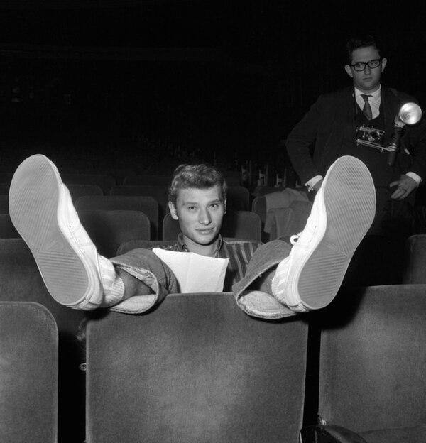 n joven Johnny Hallyday descansa durante un ensayo el 22 de octubre del año 1962 en la sala Olympia de Paris (AFP/Archivos – -)