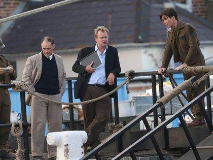 Christopher Nolan (centro), junto a los actores Mark Rylance y Cillian Murphy, durante el rodaje de la película Dunkerque (AP)