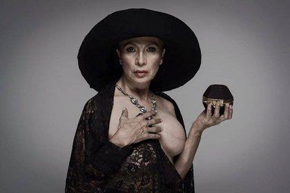La actriz posó para una sesión dejando ver su seno