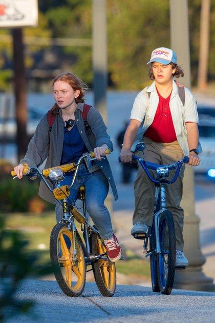 """El backstage de """"Stranger Things"""". A bordo de sus bicicletas, Gaten Matarazzo y Sadie Sink -actores de la exitosa serie- filmaron durante el atardecer por las calles de Atlanta, Georgia"""