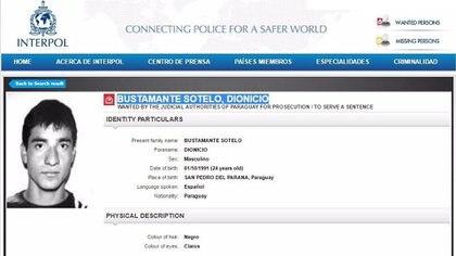 Dionicio Bustamante en su vieja circular roja de Interpol.