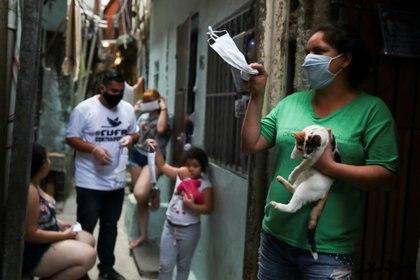 Trabajos sociales de una ONG en una favela de San pablo (Reuters)