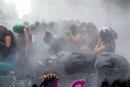 CIUDAD DE MÉXICO, 28SEPTIEMBRE2020.- Elementos de la policía continuaron encapsulando a las mujeres feministas que se manifestaron en avenida Juárez. Alrededor de 5 horas no permitieron el paso a las mujeres y lanzaron gas lacrimogeno y petardos. FOTO: GRACIELA LÓPEZ /CUARTOSCURO.COM
