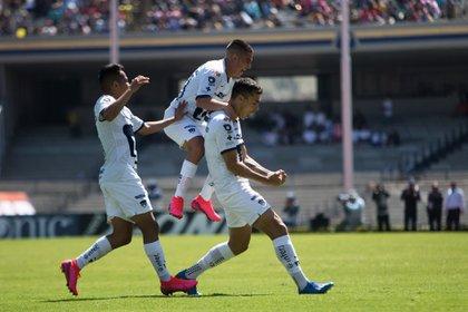 Marco García y Juan Dinneno festejan gol de Pumas en el Estadio de CU. (Foto: Cuartoscuro)