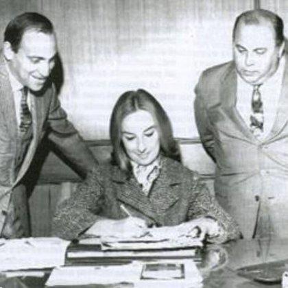 Mirtha firma el contrato para el primer año de su programa en Canal 9, en 1968, ante la mirada atenta de Alejandro Romay y Samuel Yankelevich