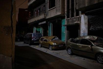 Automóviles dañados por una explosión en el puerto de Beirut, parados al costado de una carretera, en el vecindario de Karantina, Beirut, Líbano, el 12 de agosto de 2020. (Foto: REUTERS / Alkis Konstantinidis)