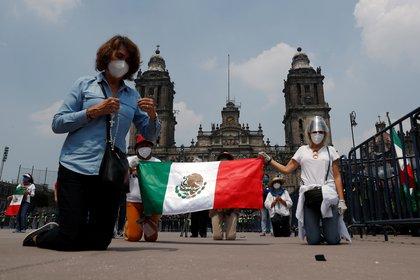 Miembros de FRENAAA realizaron una cadena de oración en el Zócalo (Foto: Reuters / Henry Romero)