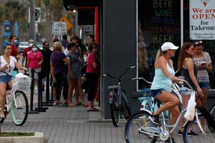Personas en las afueras del restaurante Duval County en Florida REUTERS/Sam Thomas/File Photo