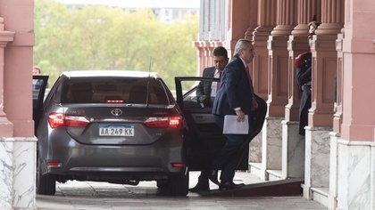 El Presidente en la puerta de acceso a Casa Rosada (Adrián Escandar)