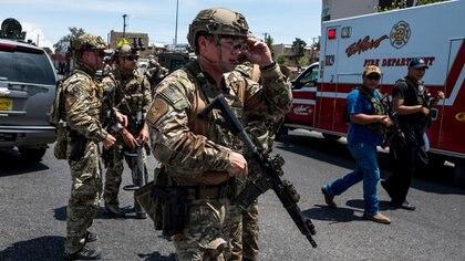 El momento en que las fuerzas de seguridad llegaron al centro comercial de El Paso, donde Patrick Crusius abrió fuego contra la gente (Photo by Joel Angel JUAREZ / AFP)
