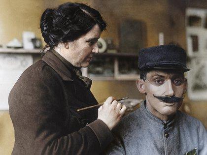La artista Anna Coleman Ladd trabaja en la máscara fabricada para un soldado francés que fue desfigurado en los combates de la Primera Guerra Mundial (Cortesía Editorial Head of Zeus)
