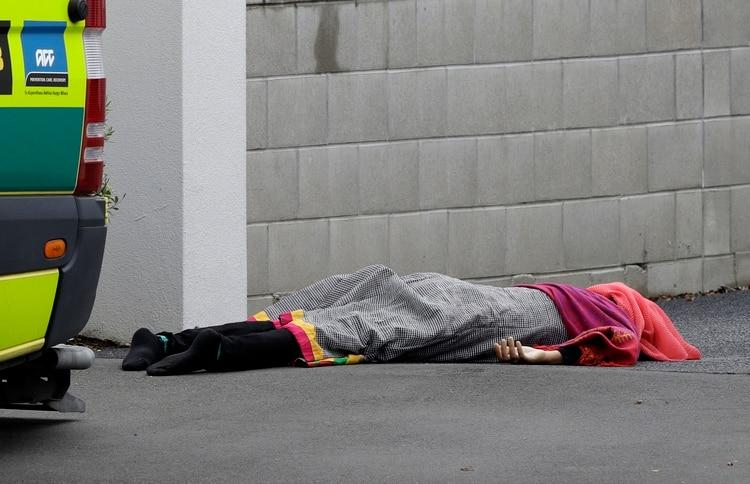 Una de las víctimas mortales en las afueras de la mezquita. (AP Photo/Mark Baker)