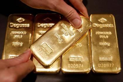 Imagen de archivo de un empleado mostrando lingotes de oro en la tienda Degussa en Singapur. 26 de junio, 2017. REUTERS/Edgar Su