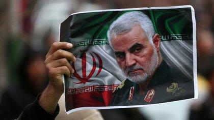 ARCHIVO FOTOGRÁFICO: Un iraní sostiene una foto del difunto general Qassem Soleimani, jefe de la fuerza de élite Quds, el 4 de enero de 2020 (Nazanin Tabatabaee/WANA)
