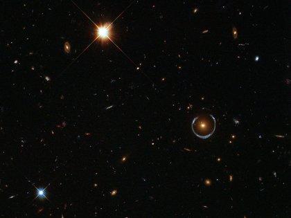"""La """"herradura cósmica"""" es otro ejemplo de anillo de Einstein (ESA / Hubble y NASA)"""