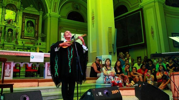 El músico durante un show en Carmen de Patagones (Foto: Marcelo Ochoa)