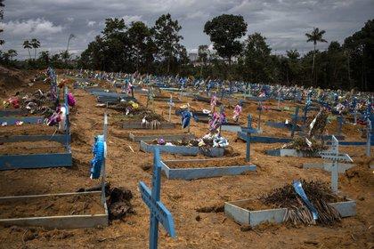 Vista de cientos de tumbas de fallecidos por COVID-19 en el cementerio Nossa Senhora Aparecida, en la ciudad de Manaos, estado Amazonas (Brasil). EFE/Raphael Alves/Archivo