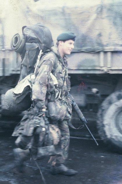 Un soldado británico caminando en Puerto Argentino, luego de la rendición (Gentileza E. Rotondo)