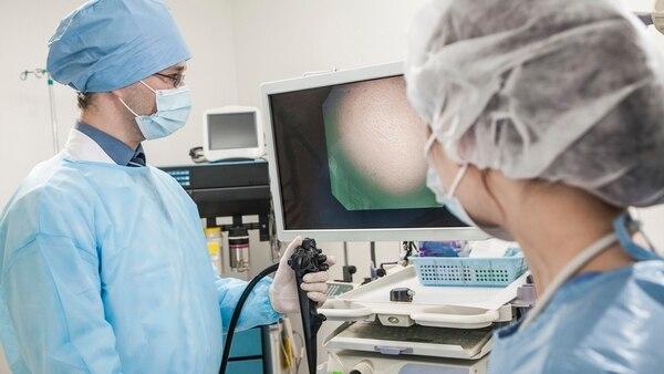 La endoscopía es un estudio médico mínimamente invasivo (Getty)