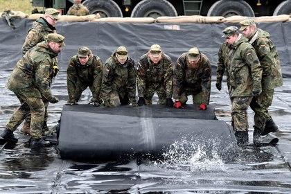 Soldados del ejército alemán instalan una estación de servicio móvil durante los preparativos para los ejercicios militares internacionales Defender-Europe 20 en Bergen Hohne, Alemania, el 12 de febrero de 2020. (REUTERS / Fabian Bimmer)
