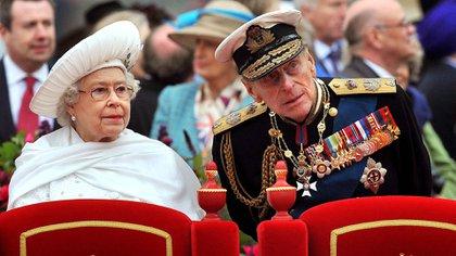 En una imagen de archivo tomada el 3 de junio de 2012, se muestra a la reina Isabel II de Gran Bretaña y al príncipe Felipe, duque de Edimburgo