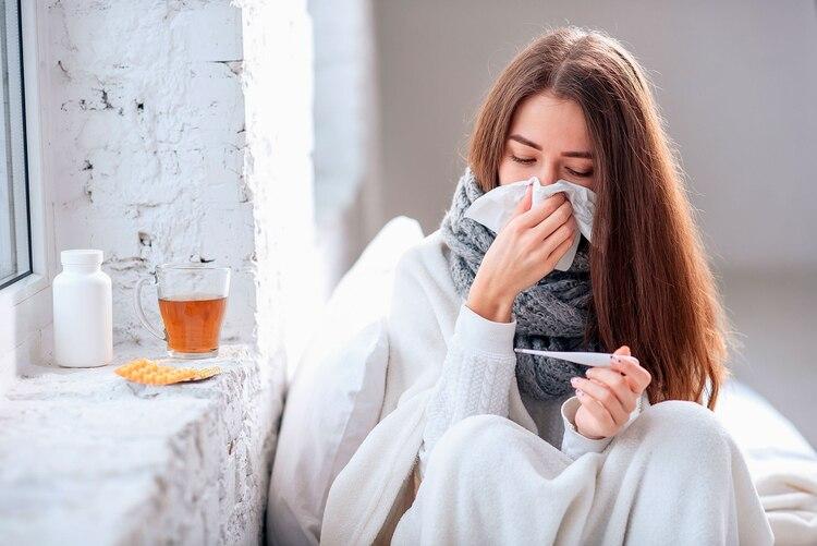 Los pacientes que dieron positivo para el coronavirus presentaron primero síntomas similares a la gripe, como fiebre, tos seca y dificultad para respirar, agravada por una neumonía en curso (Shutterstock)