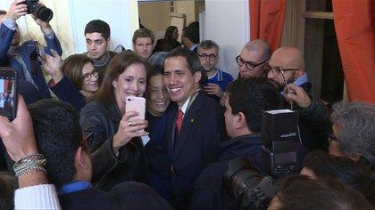 El líder opositor venezolano Juan Guaidó, presidente encargado de Venezuela reconocido por medio centenar de países, instó el viernes en París a la diáspora venezolana que siga unida y alzando la voz, tras reunirse con el presidente francés, Emmanuel Macron.