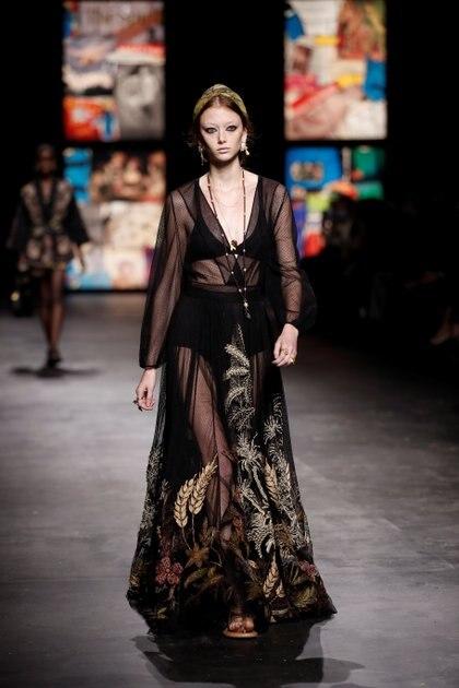 Maria Grazia Chiuri la directora creativa de Dior sorprendió en el fashion week de París con una colección indie, donde los maxi vestidos de encaje y plumetí con bordados fueron los protagonistas de la pasarela