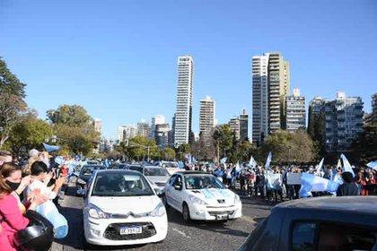 Tanto en Rosario como en Capital Federal mucha gente salió a manifestarse arriba de sus autos (Leo Galletto)
