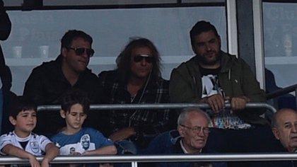 Caniggia ubicado en la platea del estadio de Gimnasia el día del debut de Maradona (Fotobaires)