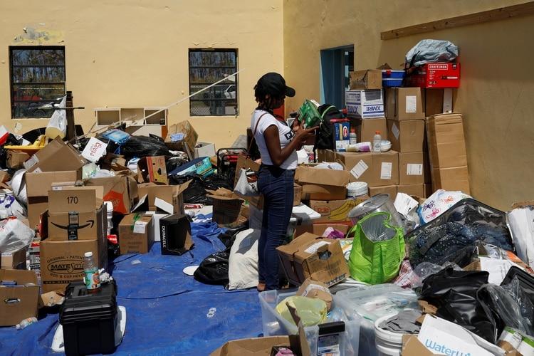 Una voluntaria ordena las donaciones enviadas para los damnificados (Reuters)