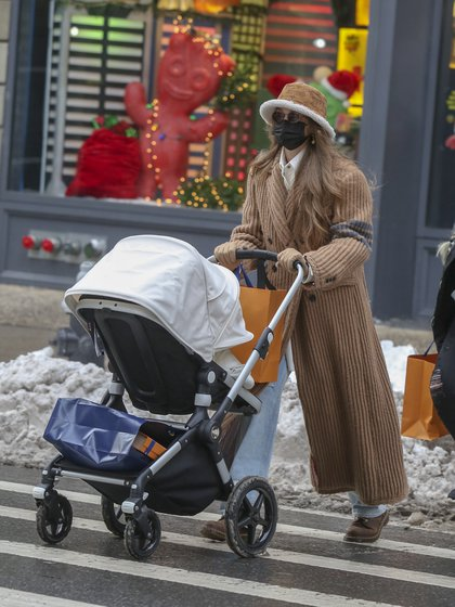 Salida fashionista. Gigi Hadid caminó por la Quinta Avenida de Nueva York y se detuvo en el exclusivo local de Louis Vuitton en donde realizó algunas compras. La modelo salió de la tienda con bolsas en el cochecito de su beba recién nacida y también estuvo acompañada por una amiga que cargó más bolsas