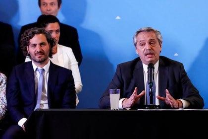 El presidente Alberto Fernández, junto al jefe de Gabinete, Santiago Cafiero. (Reuters)