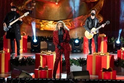 La cantante Tori Kelly interpreta una canción durante la ceremonia del encendido de luces del árbol del Rockefeller Center. REUTERS/Eduardo Munoz