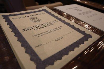 Las boletas del Colegio Electoral del Estado de Michigan se ven en un escritorio durante la votación el lunes 19 de diciembre de 2016 (Fotógrafo: Jeff Kowalsky/Bloomberg)