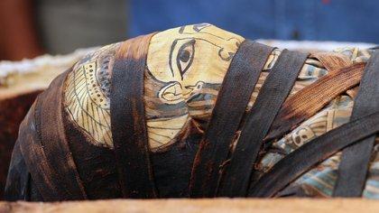 Egipto descubrió un total de 59 ataúdes de madera, con sus momias intactas en una importante necrópolis cerca de El Cairo