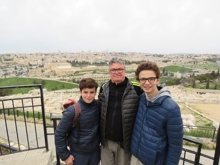 César junto a sus hijos en Jerusalem, en un viaje que hicieron el año pasado.
