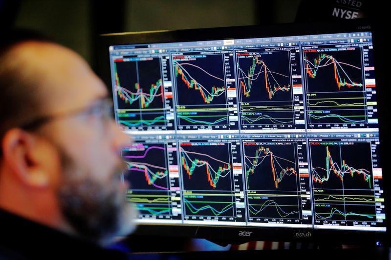 La falta de señales políticas deja a acciones y bonos expuestos a la volatilidad. (Reuters)