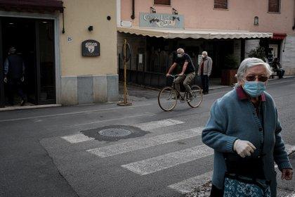El jefe de gobierno italiano, Giuseppe Conte, adelantó este lunes ante el Parlamento que va a imponer el toque de queda nocturno a nivel nacional para frenar la propagación del coronavirus y que se impedirá viajar a algunas regiones según el nivel de riesgo (REUTERS)