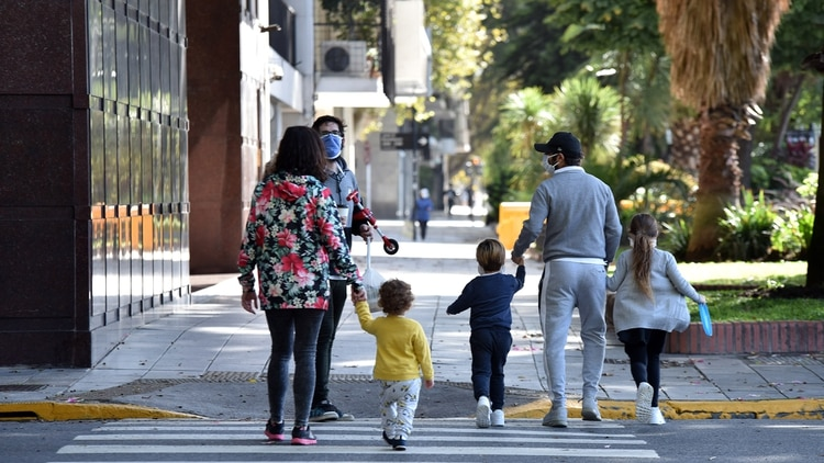 A partir de este fin de semana los niños del CABA pordrán salir acompañados de sus padres solamente para hacer compras (Franco Fafasuli)