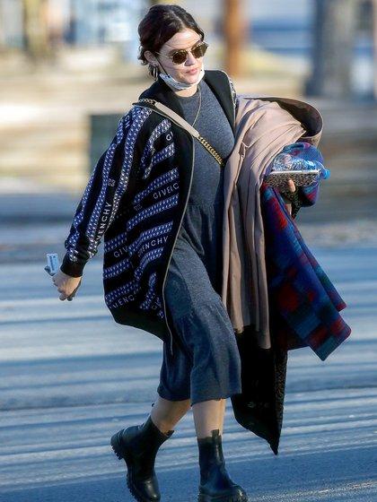 Lucy Hale está filmando en Newburgh, en Nueva York, y en sus ratos libres disfruta recorriendo la ciudad. A la actriz de 31 años se la vio con un look muy casual: botas de cuero negras, un vestido largo gris, una campera Givenchy y cargó hasta su auto ropa vintage