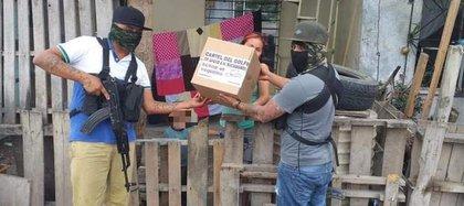 Presuntos miembros del Cártel del Golfo entregaron despensas a la población (Foto: Twitter/LPueblo2)