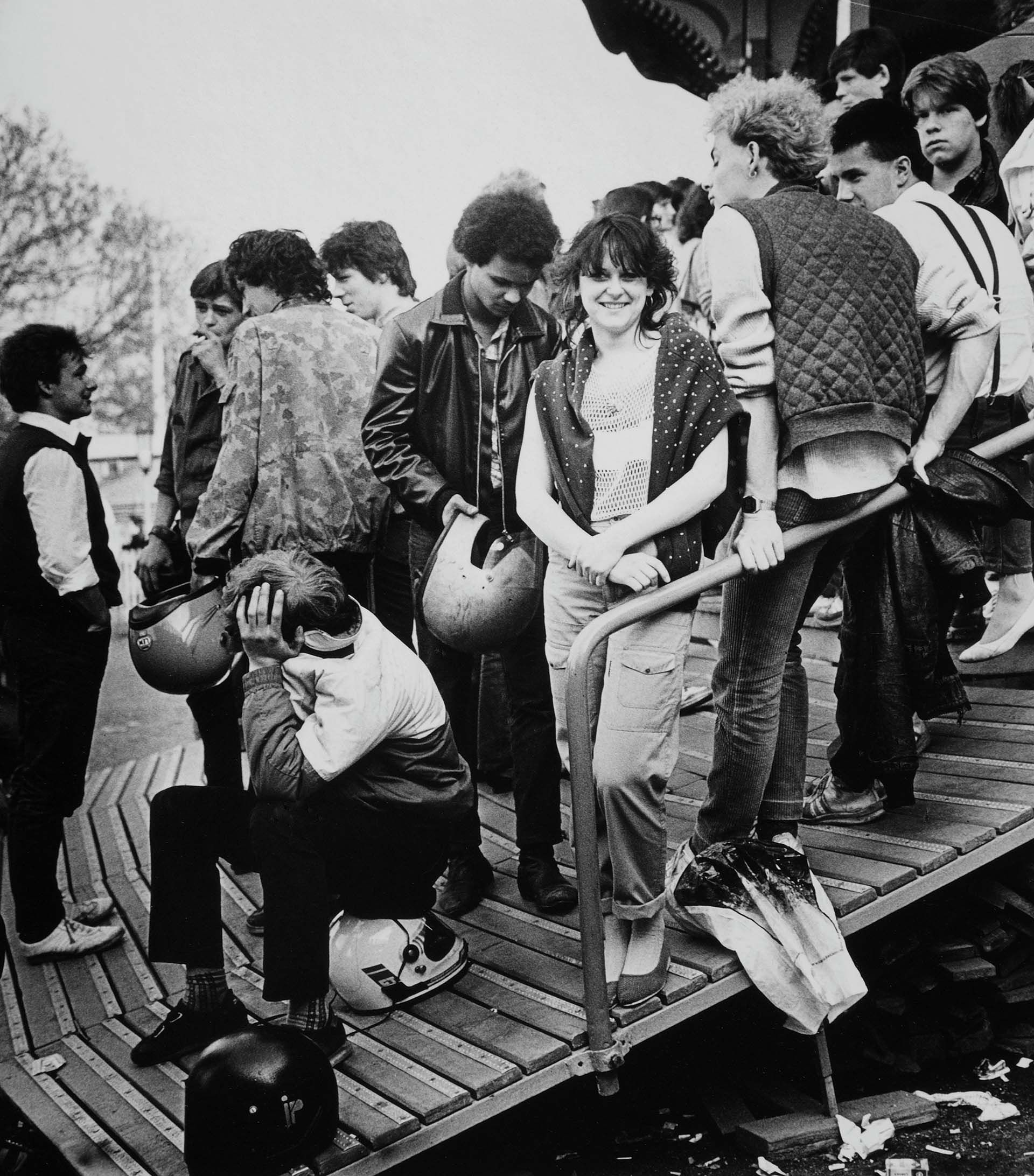Jóvenes en una Feria en Leipzig, cerca de 1982 (Photo by Michael Nitzschke/imageBROKER/Shutterstock)