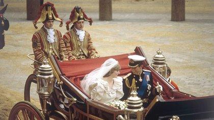 Lady Di y el príncipe Carlos el día de su boda (Shutterstock)