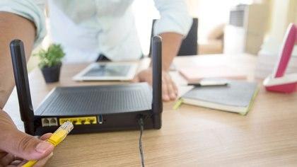 Como primera medida de seguridad hay que cambiar la contraseña del router que viene por defecto.