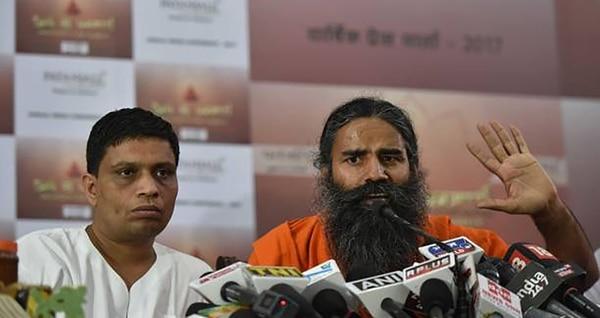 Acharya Balkrishna y Baba Ramdev durante una presentación de productos Patanjali (Getty Images)