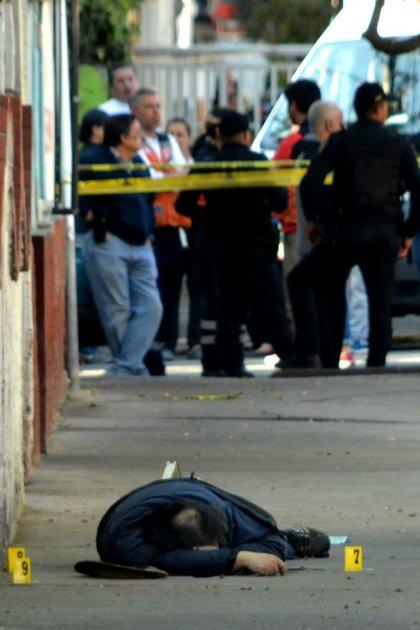 La calle fue acordonada por las autoridades para iniciar con las indagatorias correspondientes y facilitar las labores de los peritos y el Servicio Médico Forense y encontrar a los responsables del triple homicidio (Foto: Armando Monroy/Cuartoscuro.com)