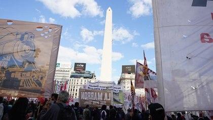 Multitudinaria marcha de organizaciones sociales en la 9 de Julio en plena segunda ola de coronavivurs para exigir vacunas (Franco Fafasuli)