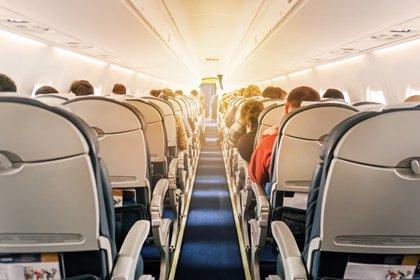 En el protocolo de vuelo, durante las horas que dure el viaje, siempre se debe llevar la mascarilla o el barbijo puesto (Shutterstock)